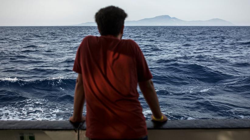 Migration: Ein Flüchtling schaut von einem Rettungsschiff aufs Meer.