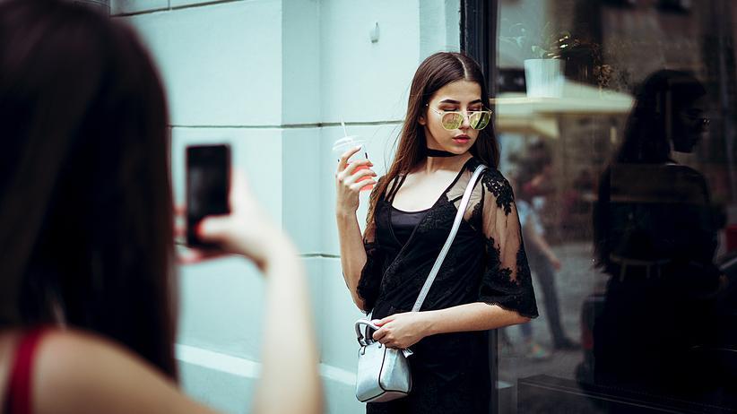 Geschlechterdarstellung in sozialen Medien: Die Ergebnisse hätten übergreifend gezeigt, dass Jugendliche Influencerinnen und Influencer als Vorbilder betrachten und deren Posen und Aussehen nachahmen.