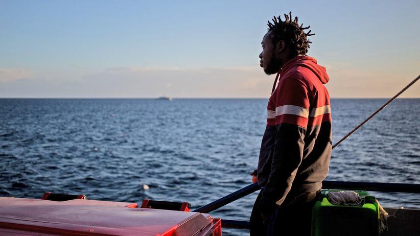"""Italien: Ein junger Mann steht am 31. Januar auf der """"Sea-Watch 3"""" und blickt aufs Meer."""