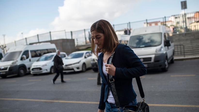 Türkei: Meşale Tolu im Oktober 2018 vor dem Justizpalast Çağlayan in Istanbul