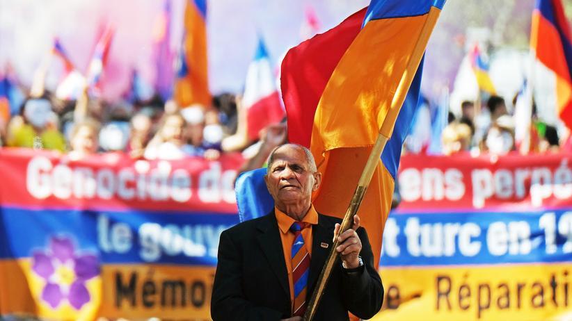 Frankreich: Demonstranten erinnern bei einem Gedenkmarsch im südfranzösischen Marseille an die Massaker an den Armeniern im Osmanischen Reich.