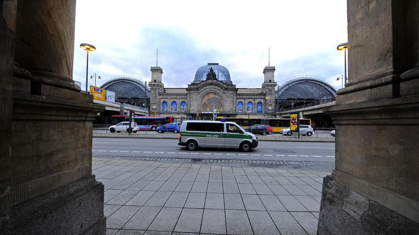 Dresden: Ein Polizeiwagen vor dem Dresdner Hauptbahnhof