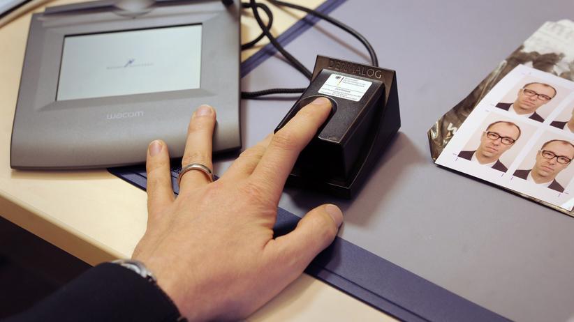 Europäische Union: Auf dem Bürgeramt in Berlin Schöneberg werden die Fingerabdrücke eines Mannes für einen Personalausweis gespeichert.