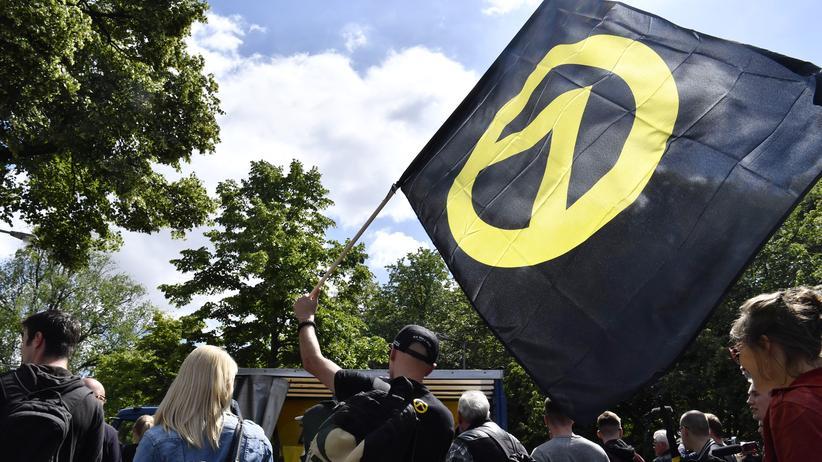 Rechte Bewegung: Ein Demonstrant mit der Fahne der Identitären Bewegung im Juni 2017 in Berlin