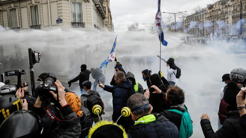 Paris: On Saturday morning, police are trying to disperse water cannons with yellow-wave protesters.