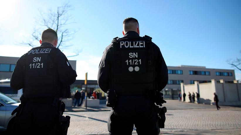 Chemnitz: In Sachsen ist Anklage gegen einen Justizbeamten erhoben worden, der nach dem gewaltsamen Tod eines Deutschen in Chemnitz einen Haftbefehl per Handy fotografiert und an Dritte weitergegeben haben soll.