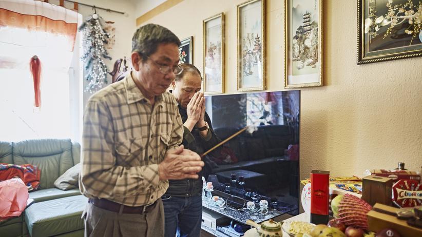 Vietnamesen in Ostdeutschland: Nach dem Tod seines Vaters sind viele Freunde und Bekannte zu ihm gekommen, haben Geschenke für den Altar gebracht und ein Räucherstäbchen angezündet.
