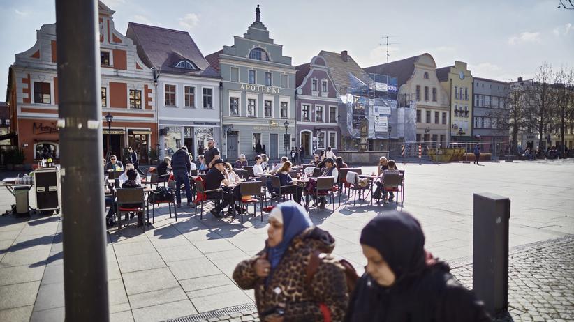 Vietnamesen in Ostdeutschland: Bis heute leben deutlich mehr Vietnamesen im Osten (1,6 pro 1.000 Einwohner) als im Westen (0,8 pro 1.000 Einwohner). Cottbus zählt zu den Städten mit den meisten Vietnamesen pro Einwohner.
