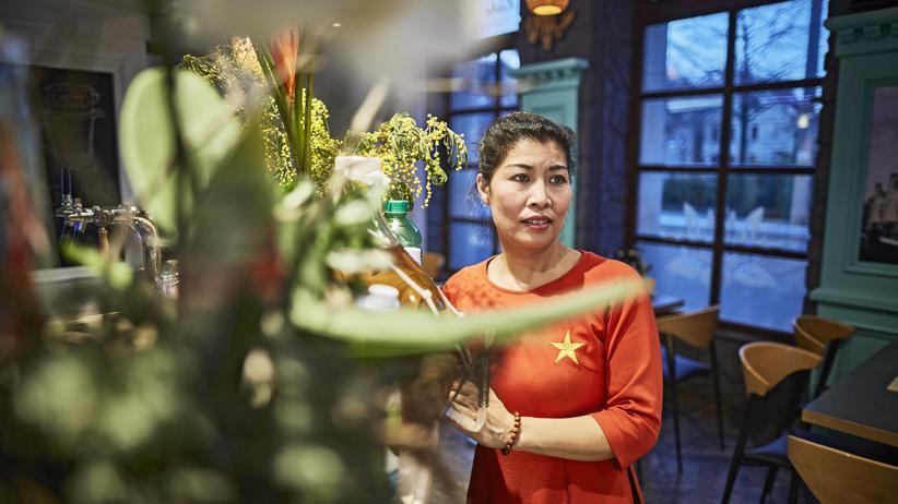 Vietnamesen in Ostdeutschland: Nguyễns Frau Phạm Thị Kiên Oanh kam ein Jahr vor ihm als Vertragsarbeiterin in die DDR. Sie führt ein vietnamesisches Restaurant.