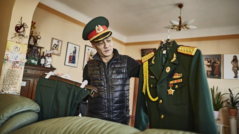 Vietnamesen in Ostdeutschland: In seiner Heimat ist Nguyễn Thế Hùng Offizier gewesen, seine Uniform hat er sich bis heute aufbewahrt.