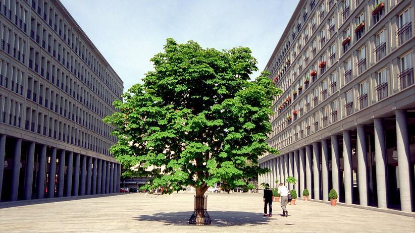 """Stephan Trüby:  Der Walter-Benjamin-Platz in Berlin wurde vom Architekten Hans Kollhoff gestaltet (hier ein Bild aus dem Jahr der Fertigstellung 2001). Eine dort angebrachte Schrifttafel mit einem Zitat von Ezra Pound ist ein wesentlicher Gegenstand der Debatte um """"rechte Räume""""."""