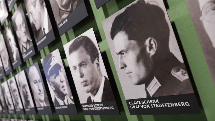 Angela Merkel: Die Gruppe der Verschwörer um Oberst Claus Schenk Graf von Stauffenberg in der Gedenkstätte Deutscher Widerstand in Berlin
