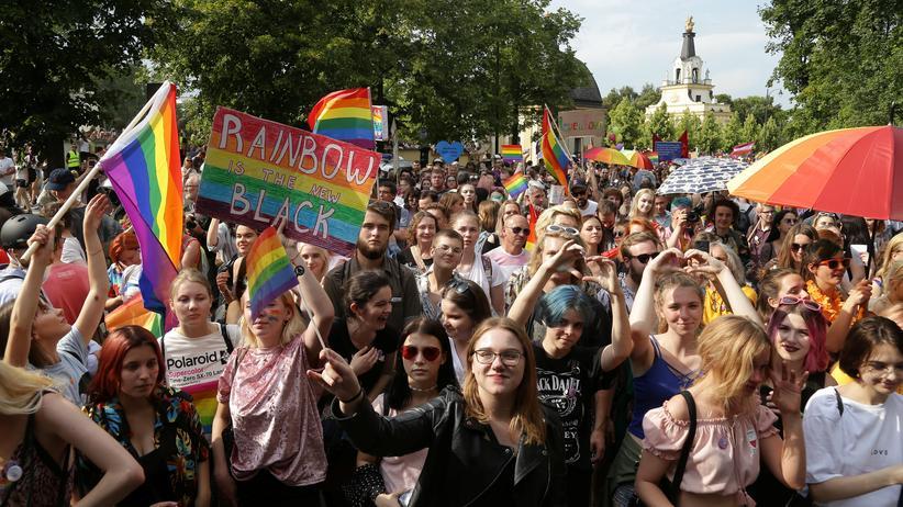 Polen: Etwa 800 Menschen demonstrierten am Samstag in Białystok für LGBT-Rechte.
