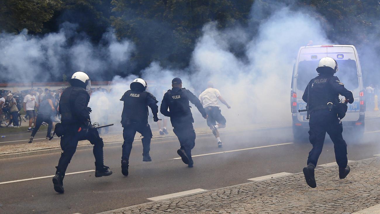 Polen: Hooligans bewerfen Gay-Pride-Demonstranten mit Steinen
