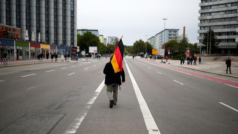 Landtagswahlen: Ein Demonstrant läuft durch Chemnitz. Im Sommer 2018 war es nach dem Tod eines Mannes bei einer Messerstecherei zu gewaltsamen rassistischen Ausschreitungen gekommen.
