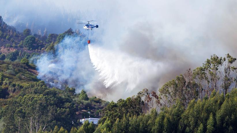 Gran Canaria: Mit Wasser aus einem Helikopter versuchen Einsatzkräfte, den Waldbrand auf Gran Canaria einzudämmen.