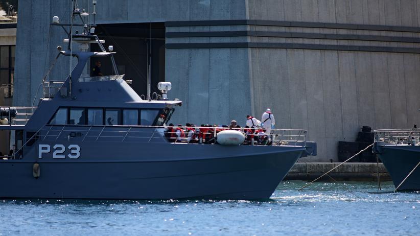 """""""Alan Kurdi"""": Ein maltesisches Patrouillenboot bringt die geretteten Geflüchteten von der """"Alan Kurdi"""" an Land."""