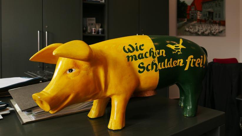 Deudas de la comunidad: Durante mucho tiempo, el cerdo había acompañado a Wolfgang Moegerle, ahora está en su escritorio.