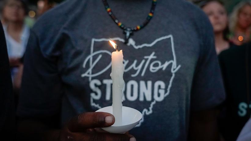 """Dayton: Trauer im Bundesstaat Ohio: Der Todesschütze war nach Angaben des FBI an """"gewalttätigen Ideologien"""" interessiert."""