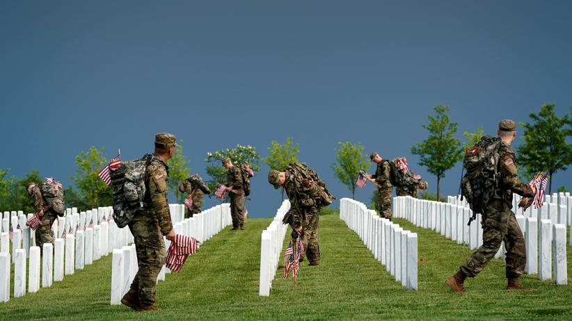 Sexueller Missbrauch: Soldaten stellen US-Flaggen an Soldatengräbern auf.