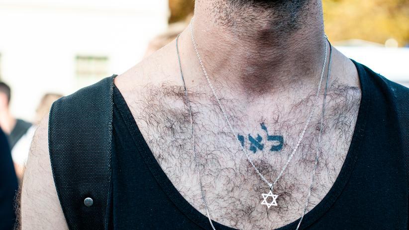 Antisemitismus: Bei der Berliner Unteilbar-Demo am 13. Oktober 2019 trägt ein Demonstrant den Davidstern an einer Halskette.