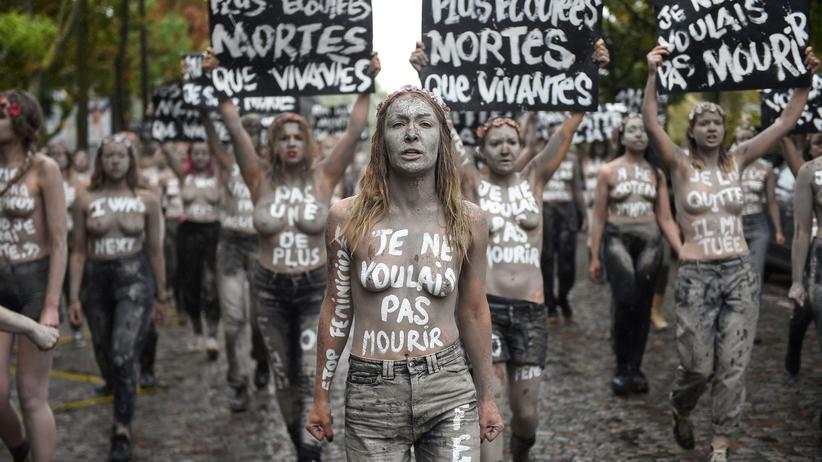 """Femen-Demonstration in Paris: """"Ich habe ihn verlassen, er hat mich getötet"""""""