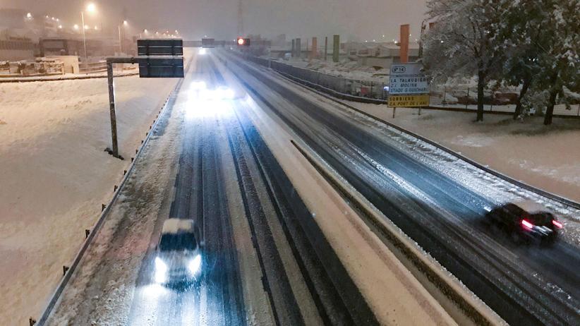 Schnee: In vielen Teilen im Südosten Frankreichs ist der Verkehr durch den starken Schneefall eingeschränkt.