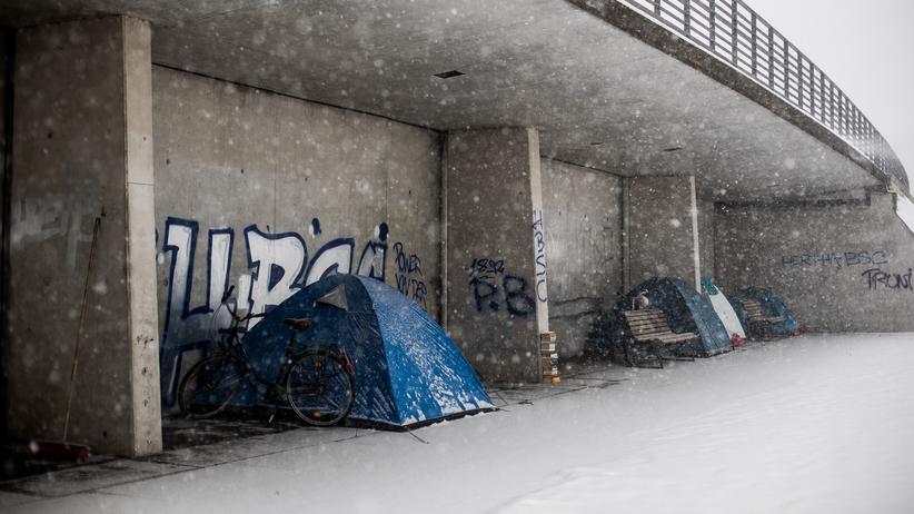 Wohnraum: Unter einer Brücke in Berlin suchen Menschen Schutz vor der Kälte. Vor allem in Metropolen wie Berlin ist die Zahl der Wohnungslosen in den letzten Jahren gestiegen.
