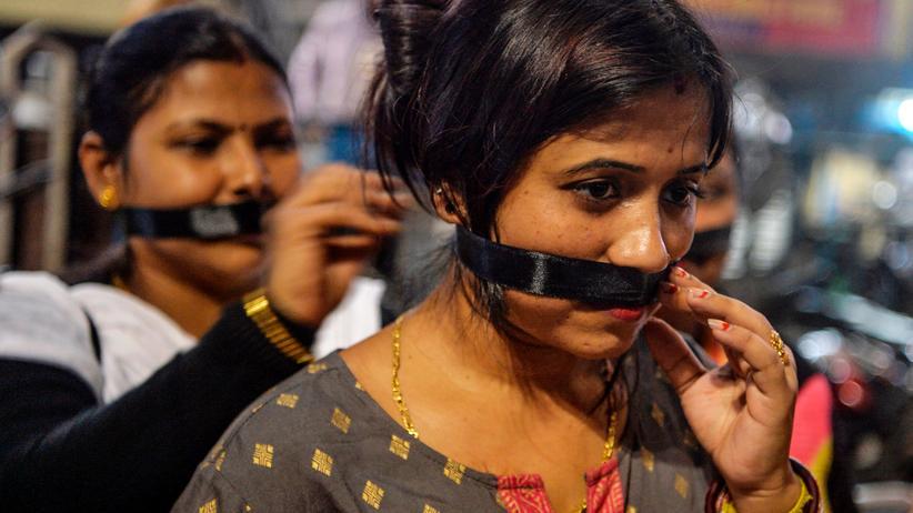 Akivistinnen in Siliguri verbinden sich den Mund bei einer Kundgebung zum besseren Schutz von Frauen vor Vergewaltigungen.