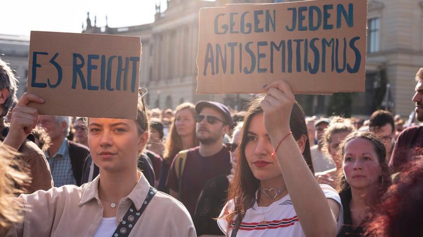 Jüdisches Leben: Junge Menschen protestieren gegen Antisemitismus in Deutschland und halten Schilder in die Höhe.