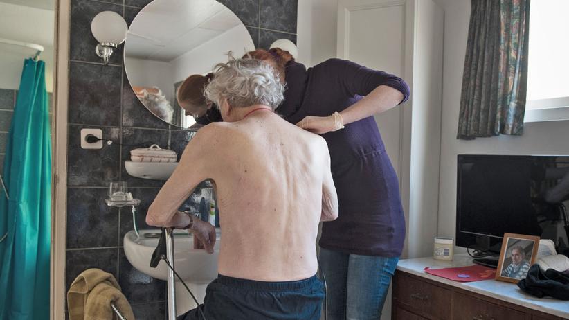 Altenpflege: 1,5 Prozent seiner Wirtschaftskraft gibt Deutschland für die Altenpflege aus: Viele andere europäische Länder stecken mehr Geld in die Pflege.
