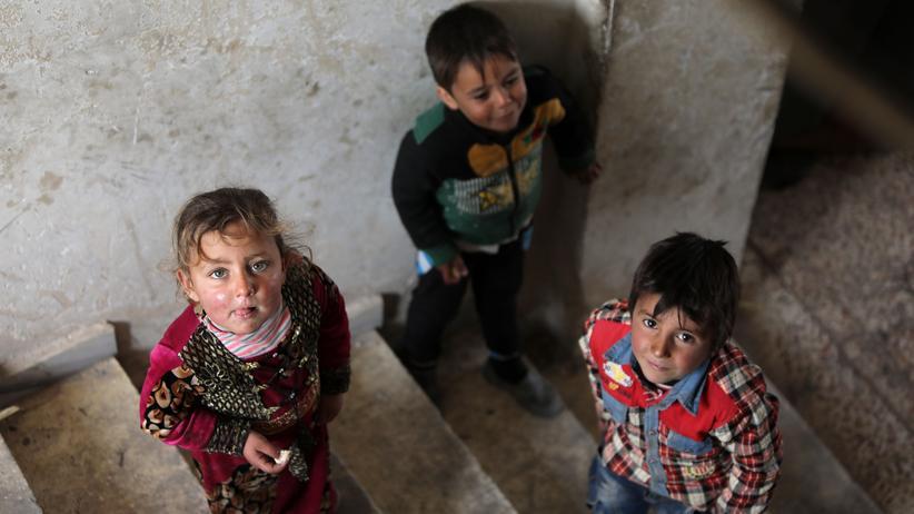 Save the Children: Kinder in einem Haus in der nordsyrischen Stadt Tal Abjad, wohin momentan viele Syrer vor den vorrückenden Truppen Assads fliehen.