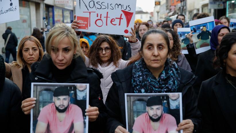 Gedenken in Hanau: Angehörige halten sich bei einem Trauermarsch das Foto von Ferhat Unvar vor die Brust. Er war am 19. Februar von einem rechtsextremen Terroristen in Hanau getötet worden.