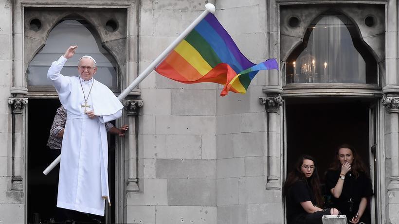 Papst Franziskus: Als der Papst vor zwei Jahren zu Besuch in Dublin war, wurde er von seinem Ebenbild mit Regenbogenflagge begrüßt.