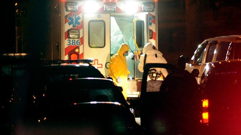 Ebola: Die zweite infizierte Krankenschwester steigt aus einem Ambulanzwagen (15.10.2014).