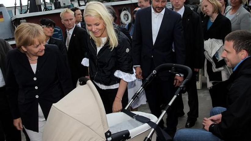 Geburtenrate: Die kinderlose Kanzlerin (hier mit Norwegens Kronprinzessin Mette-Marit): ein Signal an die Gesellschaft?