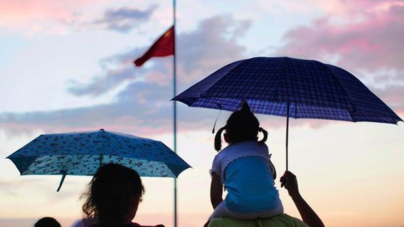 Ein kleines Mädchen auf den Schultern des Vaters in Peking