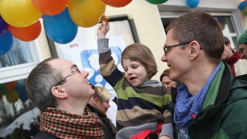 Schwul-lesbische Eltern: Vater, Vater, Mutter, Mutter, Kind, Kind