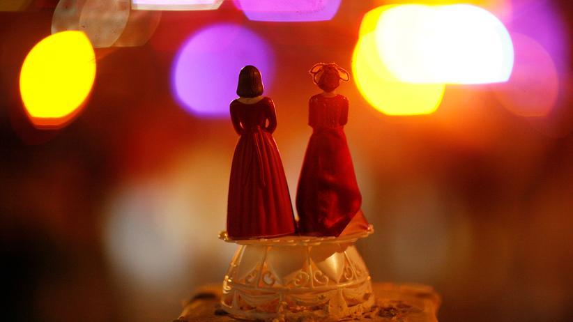 Gleichstellung: Zwei Brautfiguren auf einer Demonstration für die gleichgeschlechtliche Ehe in Kalifornien.