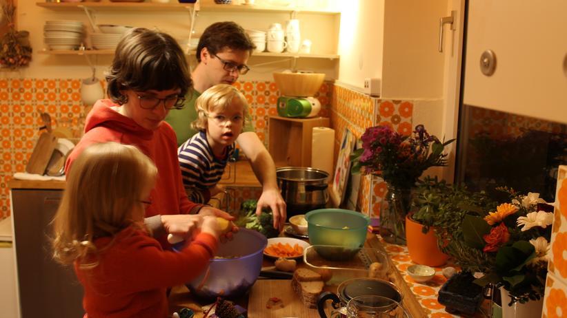 Elterngeld: Kathrin und Ludwig kochen mit ihren Kindern Julius und Johanna.