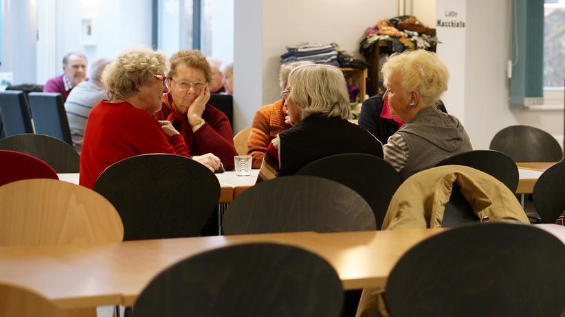 Engagement im Alter: Nach dem Mittagessen im Mehrgenerationenhaus in Lüchow sitzen die Menschen noch lange beieinander.
