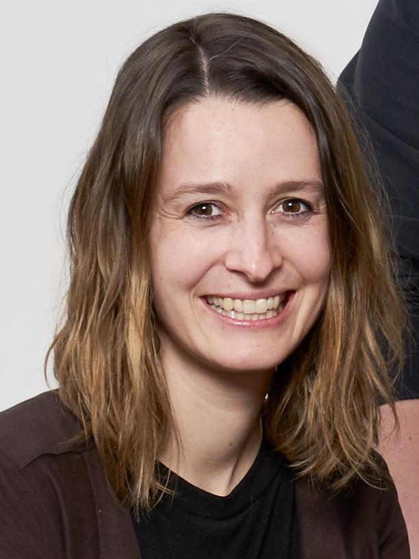 Die Kommunikationswissenschaftlerin Dr. Ruth Festl arbeitet als Postdoc am Tübinger Leibnitz Institut für Wissensmedien (IWM) in der Nachwuchsgruppe Soziale Medien. Sie beschäftigt sich in ihrer Forschung mit Cybermobbing und den Chancen und Risiken, die sich Jugendlichen in digitalisierten Lebenswelten bieten. Sie ist die Studienleiterin von Jung! Digital! Sozial?