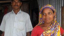 Mossammat Sufia Akther mit ihrem Mann. Sie ist Landarbeiterin in Kosavanga, Manikgan und 25 Jahre alt