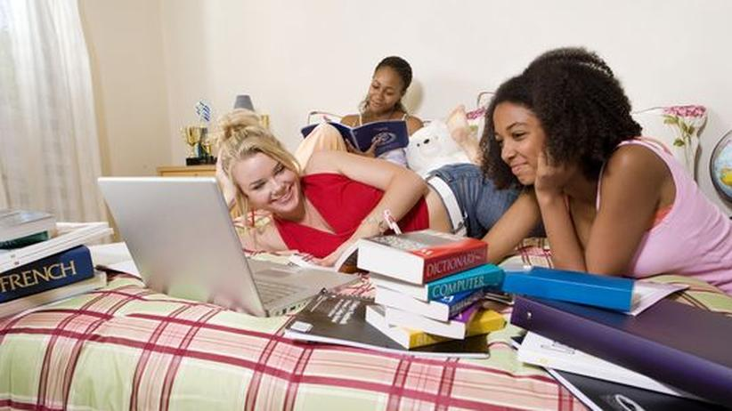 Jugendsprache: Die Jugend spricht ihre eigene Sprache: Pons, Langenscheid und Der Duden beschäftigen sich schon länger mit ihr und bringen zu dem Thema eigene Wörterbücher heraus