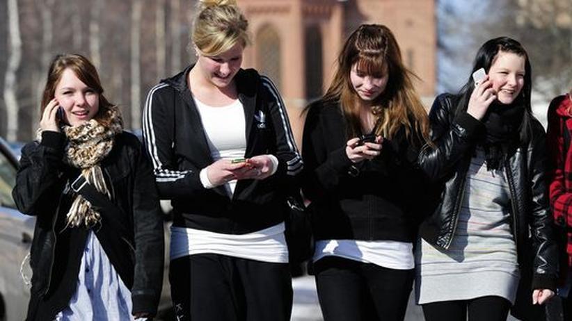 Häufig anzutreffen: Teenager mit ihren Mobiltelefonen