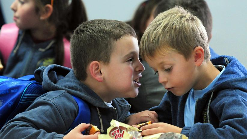 Schule: Grundschüler ins Gespräch vertieft