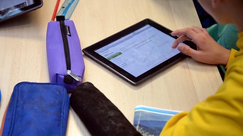 Digitalisierung: Schüler mit Tablet: Der Koalitionsvertrag verspricht, die Schulen besser digital auszustatten.