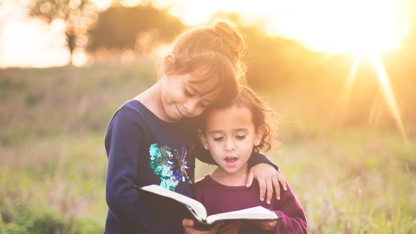 Lesen lernen: Wer vorgelesen bekommt, lernt leichter lesen