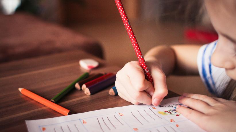 Inklusion: Ein Grundschulkind beschäftigt sich allein mit seinen Aufgaben.
