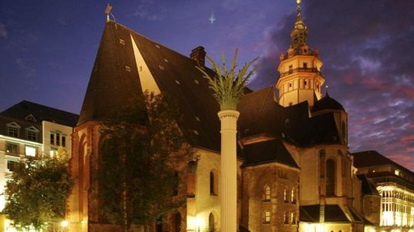 DDR im Oktober 1989: Seit 1982 lud die Nikolaikirche in Leipzig jeden Montag zu  Friedensgebeten ein und wurde damit zum Ausgangspunkt der Friedlichen Revolution 1989